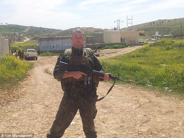 El jugador de 39 años llegó a Siria el 18 de febrero de 2015 después de un viaje de 33 horas en autobús a través de Turquía - luego pasó seis meses luchando con el YPG contra ISIS