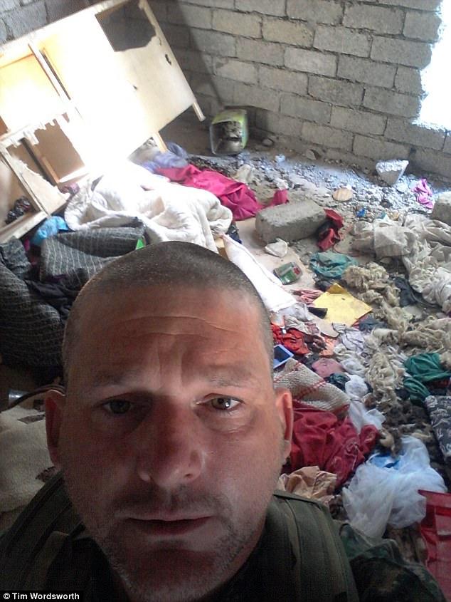 """El ex soldado dijo: """"Me quedaba en casas donde la gente probablemente había sido asesinada brutalmente, obsesionada con sus fotos en las paredes.  Estaba atormentándome para mí """""""