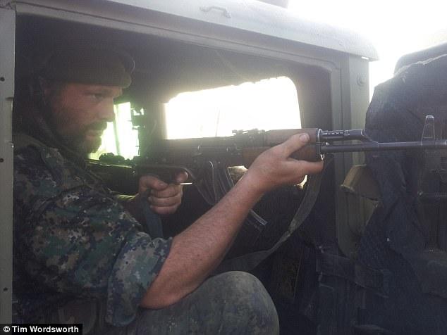 El londinense casado había servido anteriormente en el ejército durante cuatro años, pero sintió que nunca había logrado su objetivo de convertirse en un fusilero, así que se unió al GPJ en la lucha contra ISIS