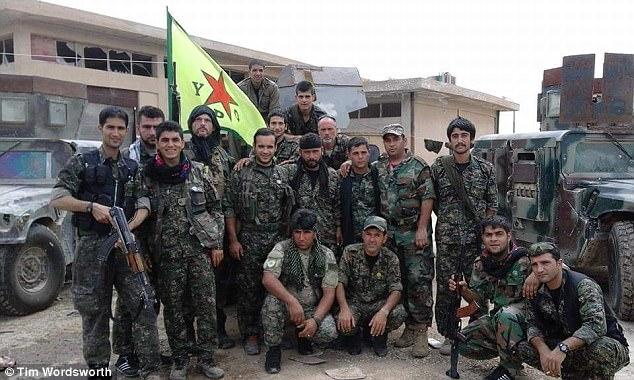Tim dijo que los combatientes de YPG 'p *** en los cuerpos de muertos combatientes ISIS y patearlos en la cabeza'