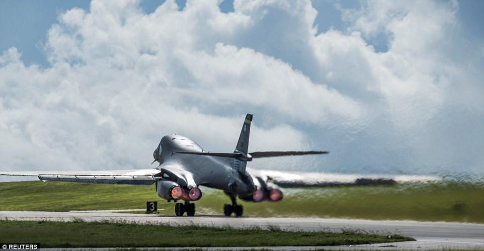 """""""La forma en que entrenamos es la forma en que luchamos y cuanto más interactuamos con nuestros aliados, mejor preparados estamos para pelear esta noche"""", dijo uno de los pilotos con el 37º Escuadrón de Bombas Expedicionarias B-1. En la imagen de arriba es un B-1B Lancer bombarderos despegar para la misión"""