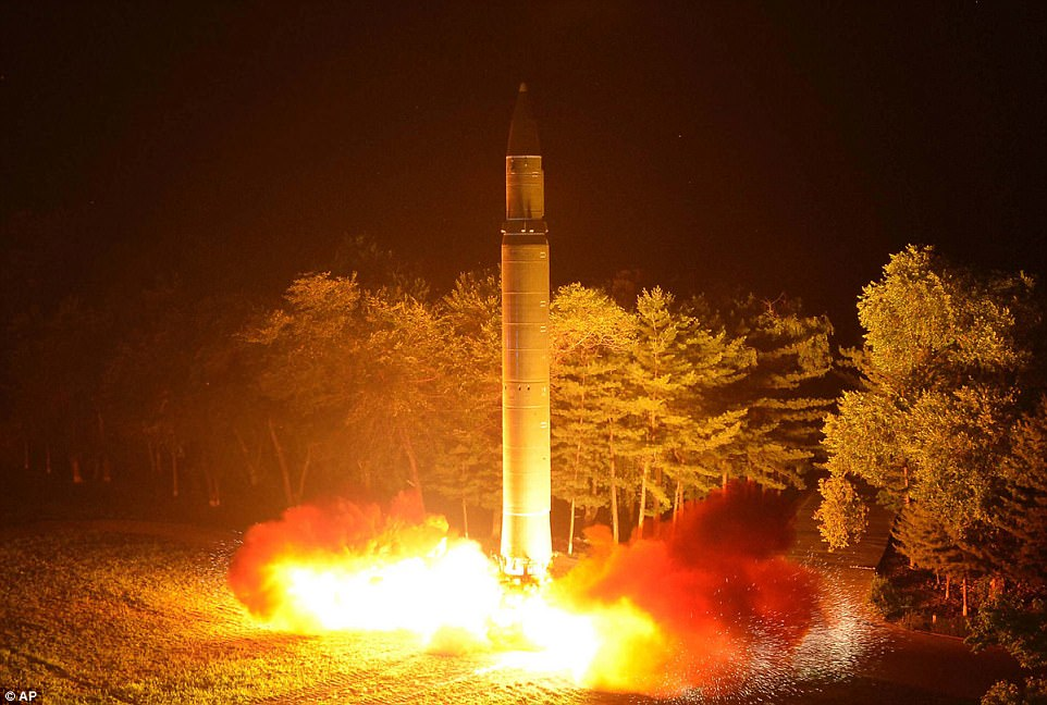 La nueva guerra de palabras llega semanas después de que Kim Jong-un llevó a cabo un lanzamiento de prueba de su misil balístico intercontinental Hwasong-14 (foto)