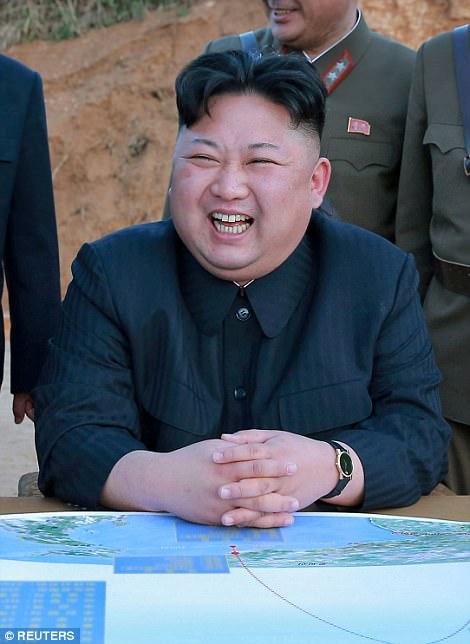 """El dictador volcánico de Pyongyang (en la foto) advirtió que estaba """"examinando cuidadosamente"""" planes para hacer """"un fuego envolvente"""" alrededor de la isla de Guam - horas después de que Donald Trump le hubiera dicho al estado ermitaño que se enfrenta """"al fuego y la furia como el mundo nunca ha visto ' Sobre su programa nuclear"""