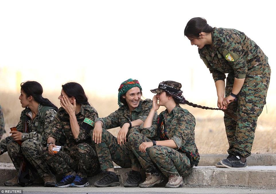 La SDF, una alianza de milicias locales apoyada por una coalición encabezada por Estados Unidos, dio a las 210 mujeres un curso de 15 días en combate armado