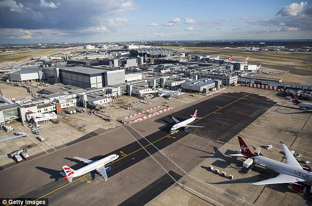 El avión fue llevado de vuelta al terminal de Heathrow (imagen de archivo), donde la policía lo escoltó