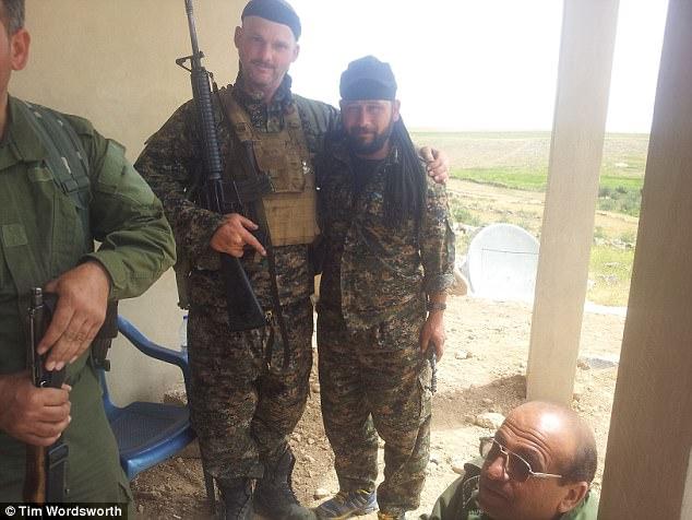 """Tim se unió a la Taboora Soran dentro de la YPG y luchó junto a su """"valiente"""" comandante (en la foto juntos)"""