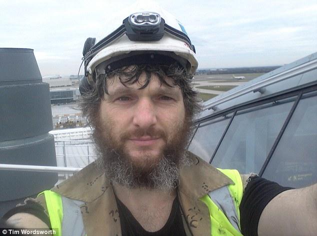 Antes de su tiempo en Siria, Tim trabajaba como electricista en el aeropuerto de Heathrow (en la foto) - reveló cómo vio a dos antiguos colegas en su regreso al aeropuerto cuando fue escoltado fuera de su vuelo desde el Medio Oriente