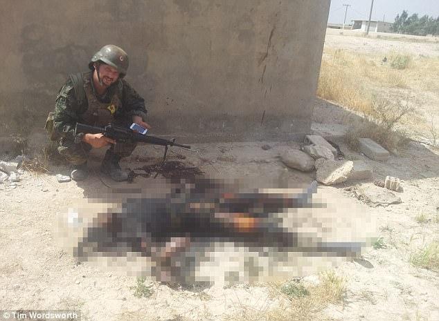 Tim recordó haber visto muchos cuerpos muertos de ISIS semanas después de unirse al GpJ en Siria
