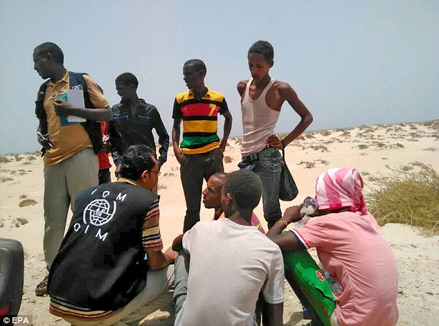 Por lo menos 56 personas se han ahogado en las últimas 24 horas, y docenas siguen desaparecidas, después de que los traficantes de personas forzaron a 300 inmigrantes africanos a salir de dos embarcaciones del Yemen y al mar.  En la foto, el personal de la OIM asiste a migrantes somalíes y etíopes que, según los informes, fueron forzados a entrar en el mar
