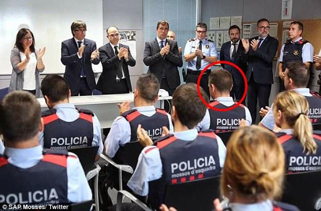 El oficial (representado en la foto arriba), ahora con la fuerza policial catalana Mossos d'Esquadra, estaba en patrulla trabajando horas extras cuando cinco terroristas lanzaron un ataque en la ciudad costera de Cambrils, España