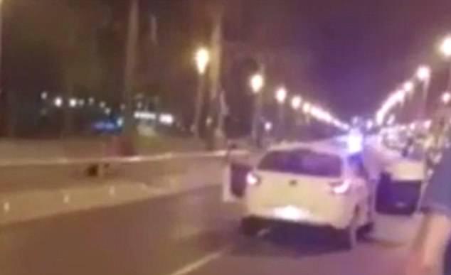 El video muestra al oficial del héroe disparando a los terroristas.  Sus deberes normales incluyen dar consejos a comerciantes y hablar en las escuelas sobre seguridad y protección
