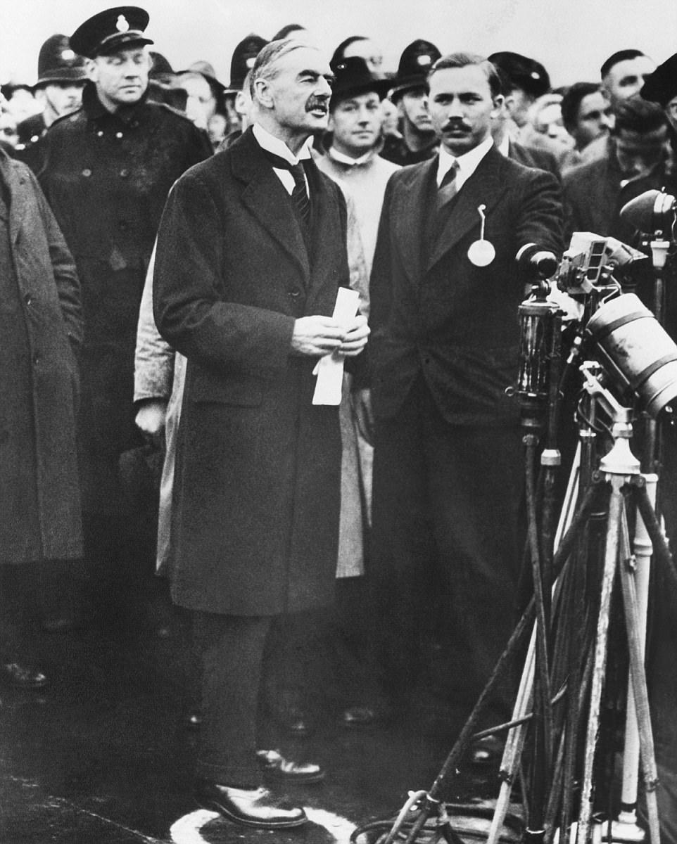 L'accord de Munich a été célèbre, suivi du discours de M. Chamberlain sur «La paix pour notre temps», dans lequel il a déclaré que l'accord avait montré que le Royaume-Uni et l'Allemagne «n'ont jamais voulu aller à la guerre de nouveau». Cependant, cela n'a servi qu'à donner à Hitler la confiance nécessaire pour être plus agressif et cela lui a permis de croire que le Royaume-Uni et la France ne risquaient pas la guerre en s'opposant à lui et nbsp;