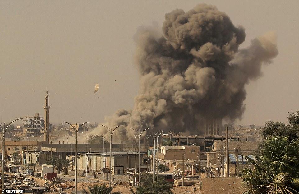 Se cree que entre 10,000 y 50,000 civiles aún están dentro de Raqqa, en gran parte sostenido allí por ISIS como escudos humanos.  Los que escaparon dicen que los militantes disparan a cualquier persona que intente huir y poner trampas a lo largo de rutas de escape probable
