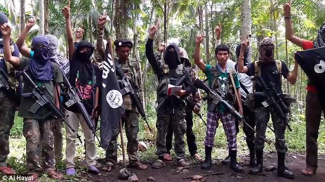 Reivindicar las acciones de sus enemigos sólo atraerá a más musulmanes a la causa, los militantes de ISIS en el vídeo (en la foto) llaman a sus seguidores a través del sudeste asiático a unirse a ellos en la guerra santa