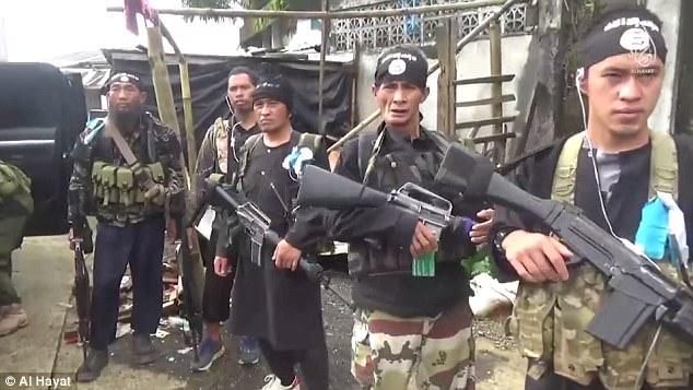 Combatientes ISIS (foto) se puede ver luchando contra las fuerzas armadas de Filipinas en el video de propaganda gráfica