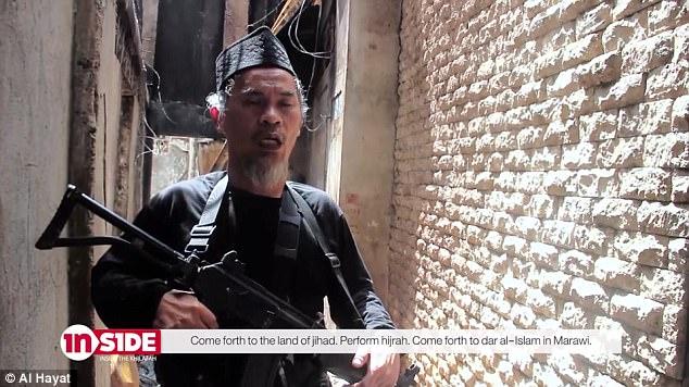 """""""Y este es un mensaje que dirigimos a nuestros hermanos musulmanes en el este de Asia, específicamente los de Indonesia, Malasia, Brunei, Tailandia y Singapur"""", dice un insurgente de Marawi llamado Abul Yamaan (en la foto)"""