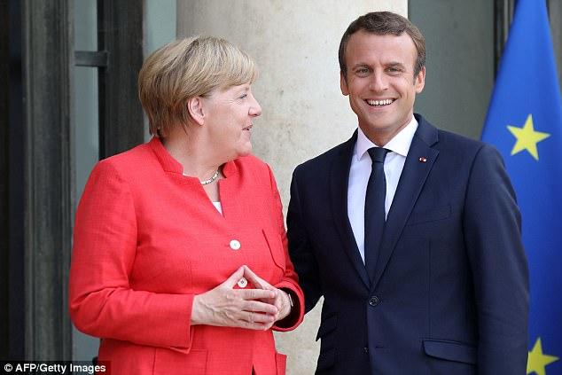 El presidente francés Emmanuel Macron saluda a la canciller alemana Angela Merkel antes de una reunión de varios líderes africanos y de la UE para discutir la crisis migratoria continua & nbsp;