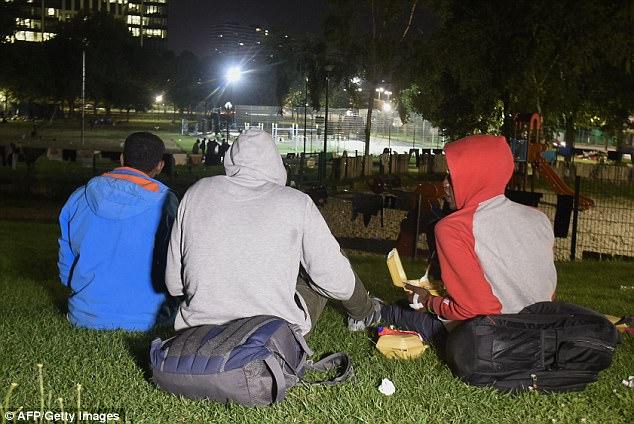 """Cientos de inmigrantes están durmiendo cerca de la principal estación de tren de Bruselas, provocando temores en la capital de la UE de una nueva """"selva"""", similar al desmantelado campamento de Calais"""