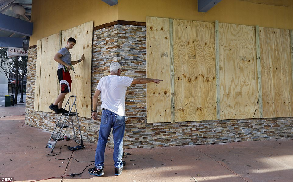 epa06192094 A business owner boards up windows of a restaurant ahead of the expected arrival of Hurricane Irma in downtown Miami, Florida, USA, 08 September 2017