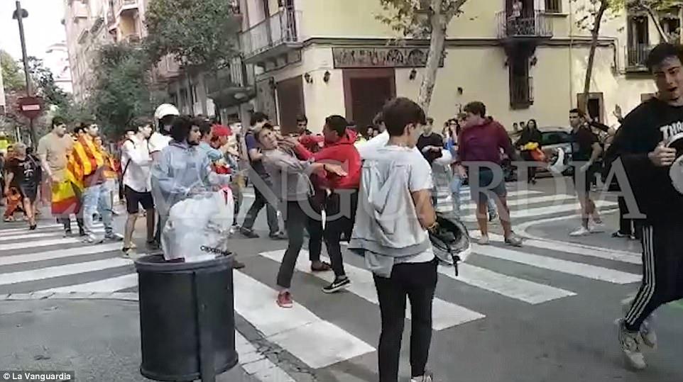 Golpes de comercio: imágenes de vídeo muestra la independencia y un grupo de lucha contra la independencia golpes en plena luz del día después de gritar insultos entre sí en Barcelona