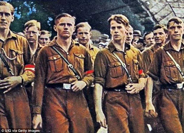 Hugo F. Boss ficou emocionado com as grandes comissões que surgiram no final da década de 1930 e, antes da guerra, ele produziu as primeiras camisas marrons, uniformes pretos para os uniformes da SS e da Juventude Hitlerista (foto)
