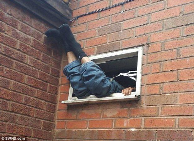 El hombre descalzo, con pantalones vaqueros y calcetines negros, fue descubierto por un miembro del público