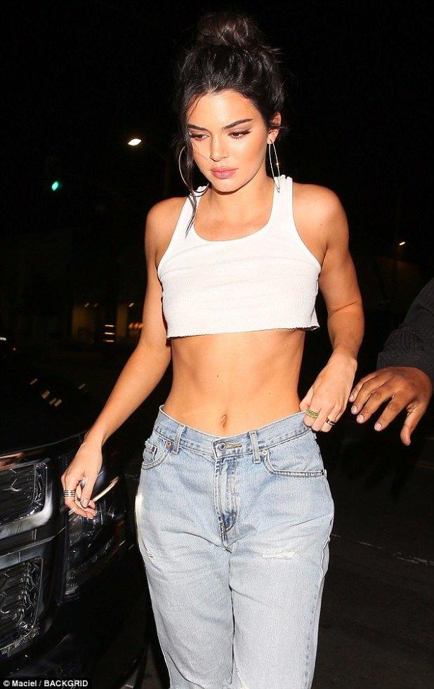 ¿Te recuerda a alguien?  Kendall sacudió un atuendo que no se hubiera visto fuera de lugar en su hermana mayor, Kim Kardashian