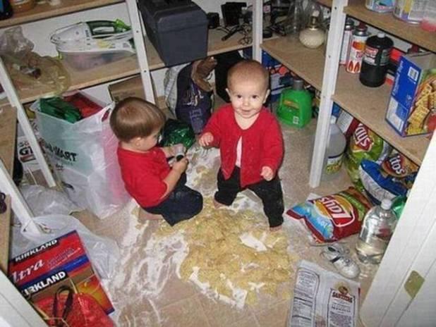 ¡Pillando la despensa!  Este travieso par decidió que la harina y los refrigerios eran juguetes mucho mejores que los juguetes