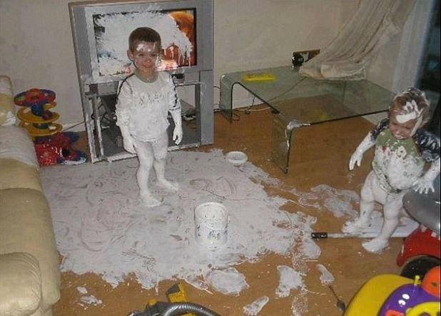 ¡He redecorado para ti!  Este pequeño niño parecía demasiado contento con sus esfuerzos por pintar todo lo que tenía a la vista