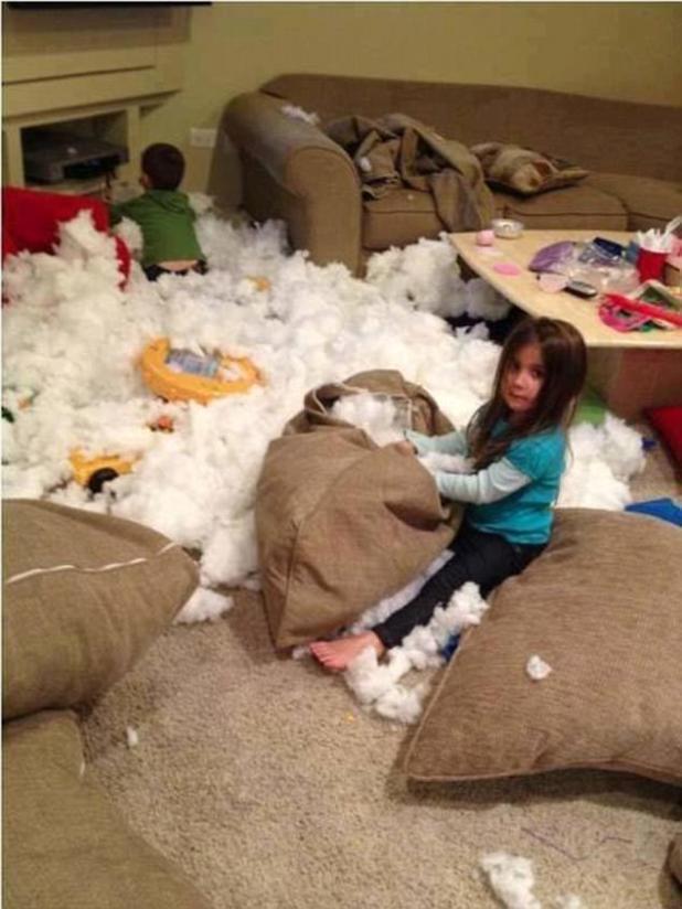No te preocupes ... simplemente quitando casualmente el relleno de todos los cojines del sofá para obtener un efecto de nieve interior