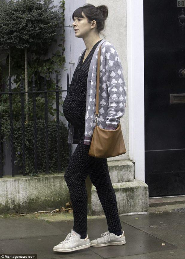 La novia de Rowan Atkinson, Louise Ford, debutó con su bebé el domingo, cuando salió por primera vez desde que surgió la noticia de su embarazo.