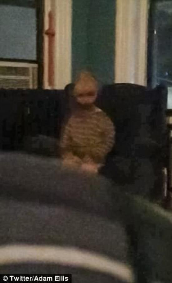 """Un dueño llano que dice ser perseguido por un """"fantasma"""" al que llama. Querido David ha compartido una imagen de lo que dice que es un niño demoníaco mirándolo en su habitación."""