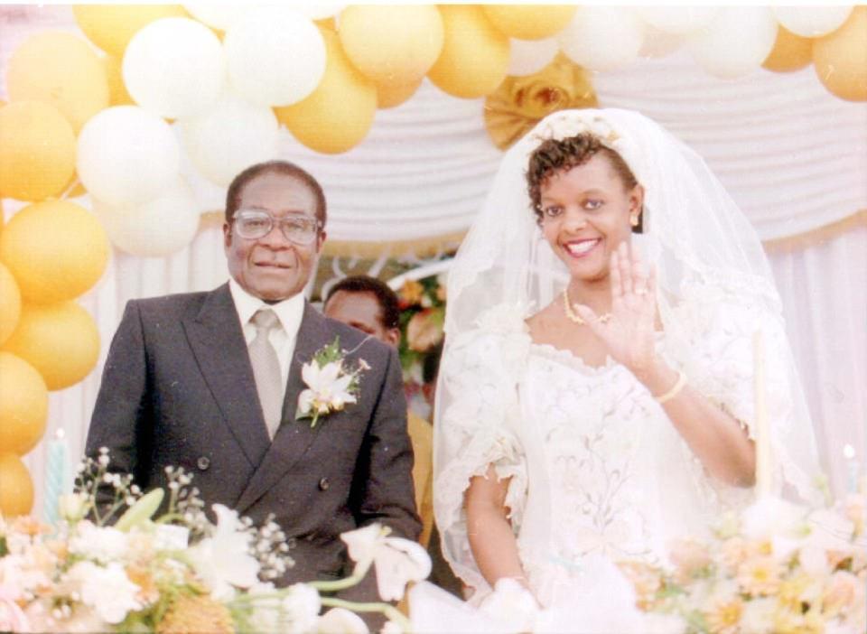 Mugabe fue descrito como un solitario, y un niño estudioso conocido por llevar un libro, incluso mientras cuidaba ganado en el monte. En la foto: Mugabe durante su matrimonio con la segunda esposa Grace