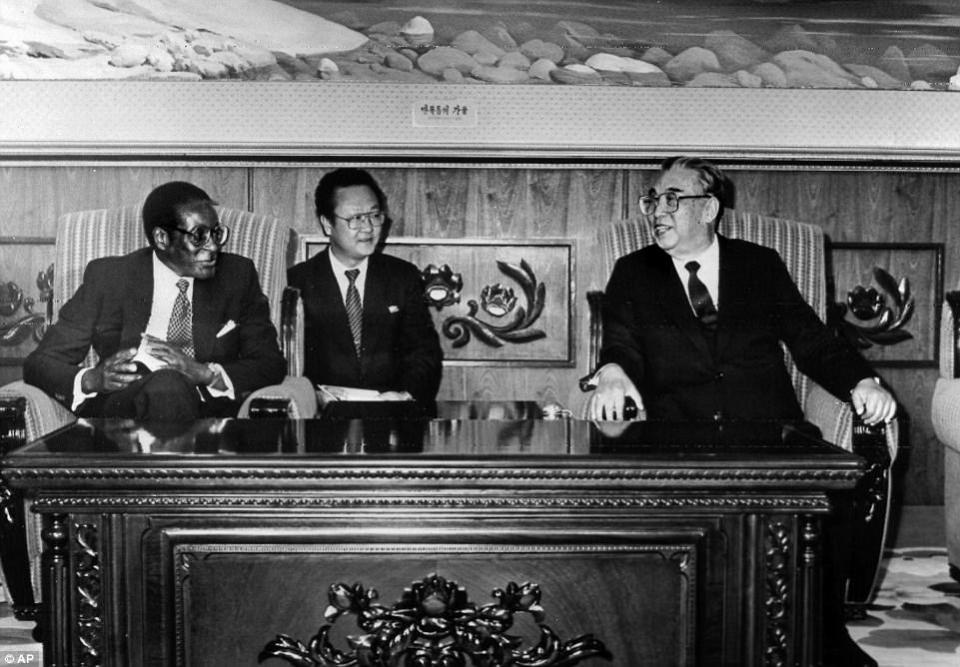 Primero anunciado como un libertador que liberó a la antigua colonia británica Rhodesia del gobierno de la minoría blanca, Robert Gabriel Mugabe pronto fue elegido para el papel de un déspota que aplastó la disidencia política y arruinó la economía nacional. En la imagen: reunión de Mugabe con Kim Il-Sung de Corea del Norte en 1993