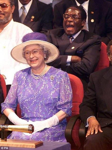 Mugabe con su viejo héroe Fidel Castro en 2005. Derecha: con su antigua reina, Elizabeth II, en 2008