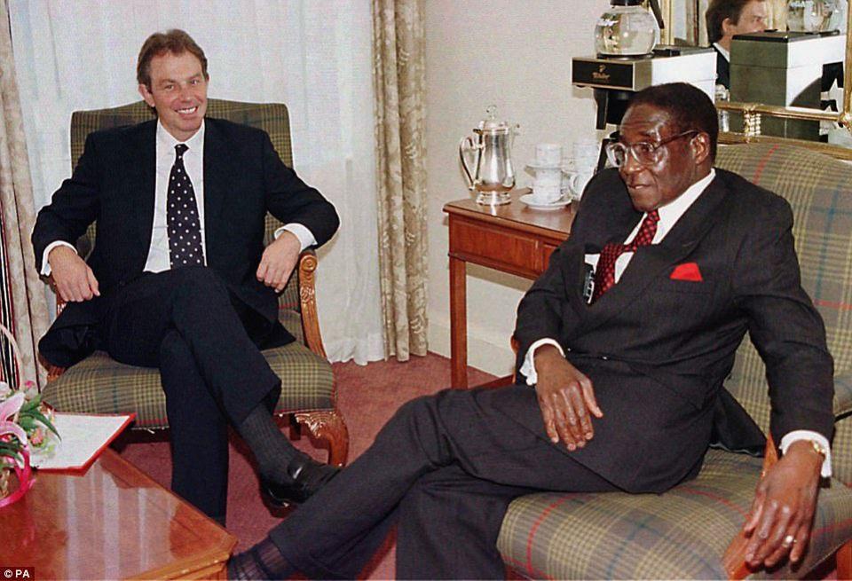 """El ex secretario de asuntos exteriores de Gran Bretaña, Peter Carrington, conocía bien a Mugabe, ya que había mediado en las conversaciones de Lancaster House, que allanó el camino para la independencia de Zimbabwe. Le dijo a su biógrafo que Mugabe """"no era humano en absoluto"""", y agregó: """"Había una especie de calidad de reptil sobre él"""". En la foto: el presidente con Tony Blair en 1997"""
