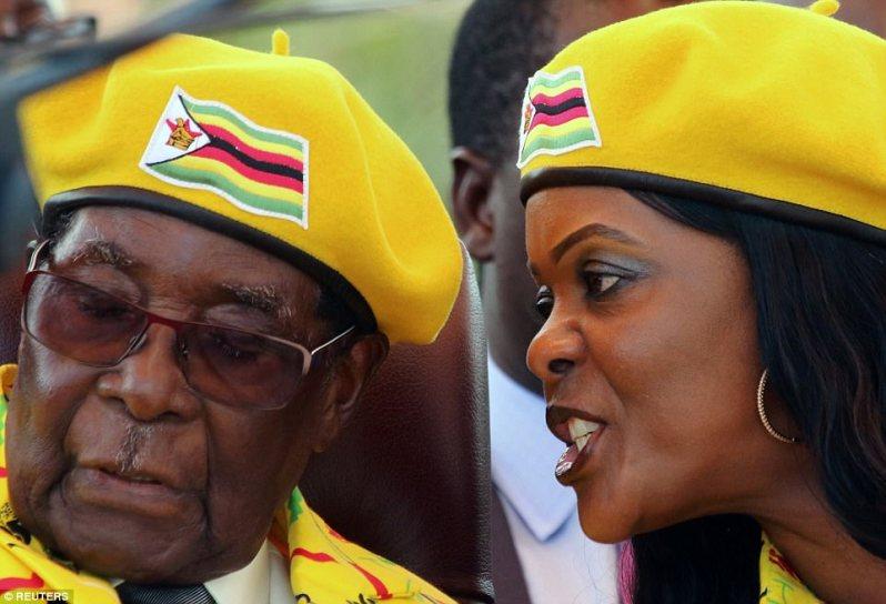 Sally murió en 1992 y Mugabe se volvió a casar con una mujer que se conocería como Gucci Grace (derecha), odiada por muchas razones, incluido su estilo de vida de lujo. En un giro irónico del destino, es ella quien es vista como la principal amenaza para su marido, ya que pierde el control de la nación que ha gobernado con mano de hierro durante 37 años.