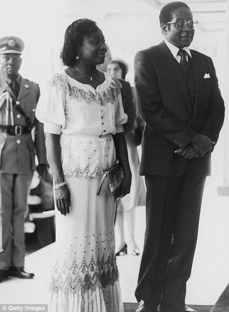 Calificó como maestro a los 17 años, luego estudió en la Universidad de Fort Hare en Sudáfrica, donde conoció a muchos de los futuros líderes nacionalistas negros del sur de África. En la foto: Mugabe con su primera esposa, Sally, en el Palacio de Buckingham en 1982