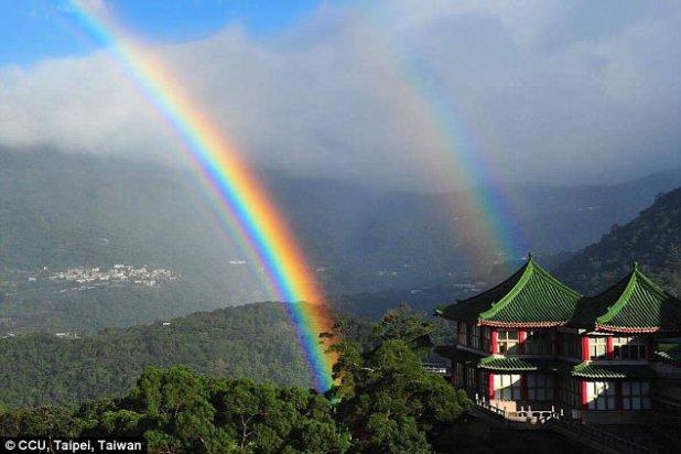 Un arco iris apareció cerca de la Universidad de Cultura China en Taiwán por casi nueve horas ayer