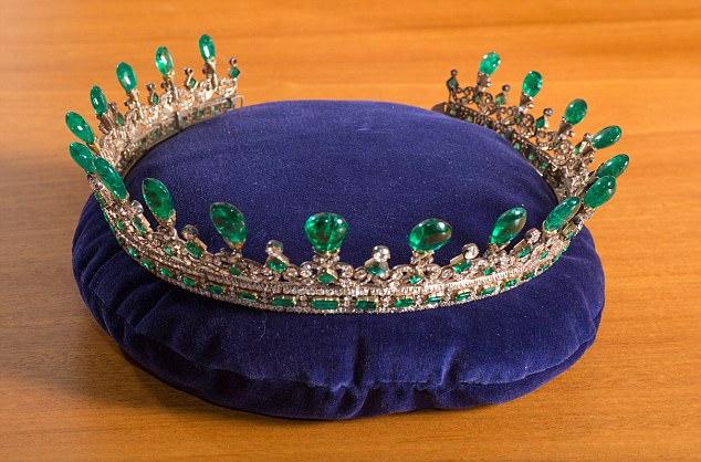 News nuovi dettagli sullo speciale natalizio di victoria for Tiara di diamanti