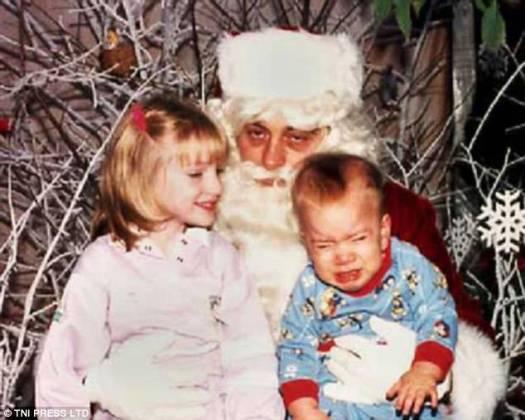 Otro día en la oficina: este Papá Noel se ve impertérrito por la crisis de este niño pequeño