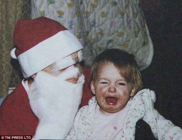 Llorosa: esta pequeña niña lloró a través de su primera foto con Papá Noel