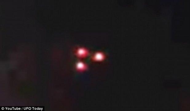 """OVNIs que afirman haber visto un OVNI de """"triángulo negro"""" volando sobre Rusia esta semana. Un video muestra el misterioso objeto volando a través del cielo nocturno a una velocidad que los teóricos de la conspiración afirman que es demasiado lento para ser un avión"""