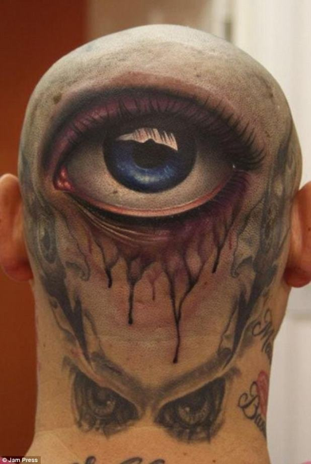 Cuervo de tres ojos?  No contento con una serie de ojos malvados que sobresalían de la parte posterior de su cráneo, un hombre agregó un globo ocular realista en el centro de su cráneo completo con un reflejo de luz