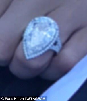 El anillo presenta un diamante en forma de pera de 20 quilates en una banda de asta dividida en platino y vale $ 2 millones