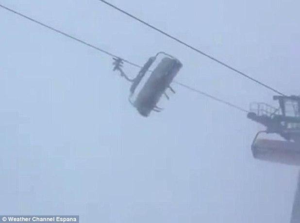 Mal tiempo: varias personas quedaron atrapadas en un telesilla en la estación de esquí Vorarlberg en Austria, durante una tormenta de nieve severa