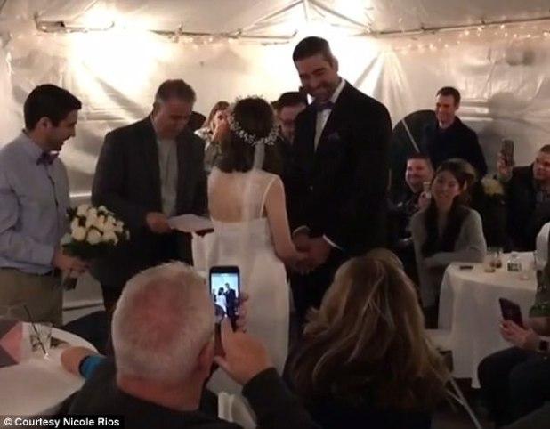 Celebración: La pareja terminó haciendo el nudo durante una ceremonia oficiada por el padre de Danny, acompañada de sus amigos y familiares