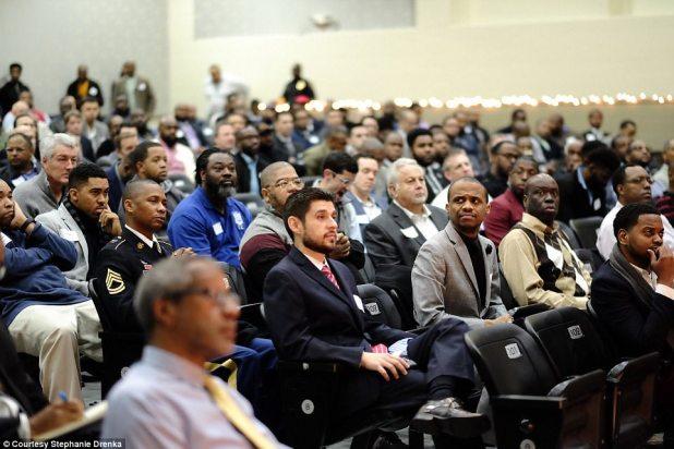 Los defensores de una escuela intermedia de Texas solo pidieron a 50 hombres que apoyaran a los estudiantes, que hubieran estado sin padres en su evento 'Desayuno con papás', y para su sorpresa, aparecieron 600 hombres (en la foto)