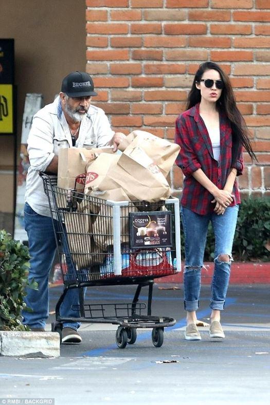 ¿Eres tu?  Los fanáticos de Mel Gibson serían perdonados por no haber reconocido a la persona de 62 años cuando salió con su novia Rosalind Ross, de 27 años, en Malibú este lunes