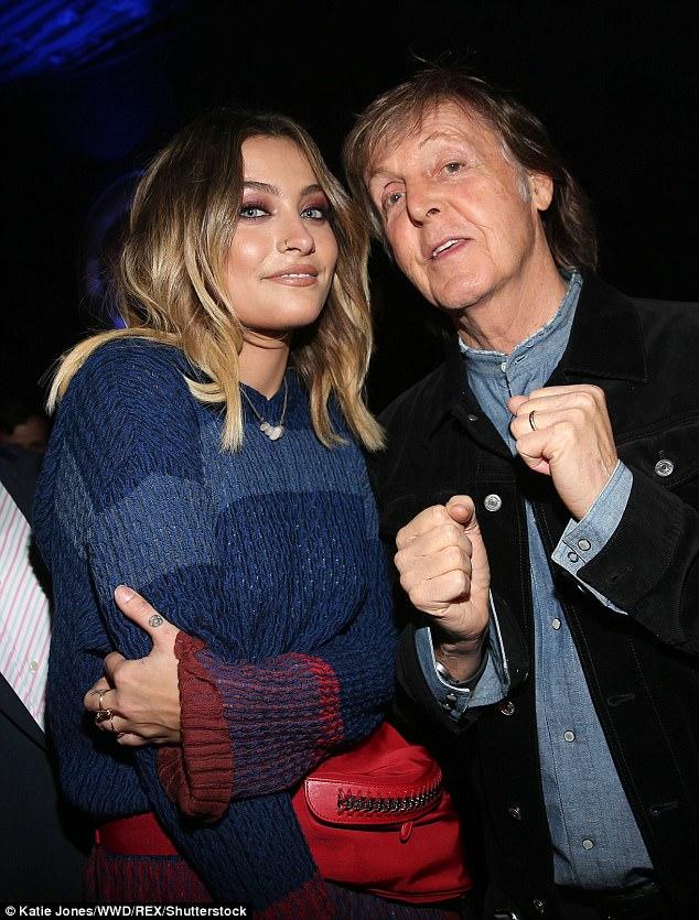 Sem inconvenientes: Paul McCartney, de 75 anos, colocou a rivalidade atrás dele e Michael Jackson atrás dele, enquanto colocava fotos com a filha do falecido rei do Pop, Paris, de 19 anos, em Los Angeles